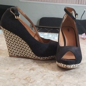 Mossimo black tribal print wedges